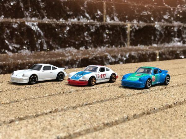 3 voitures de courses jouets sur la ligne de départ