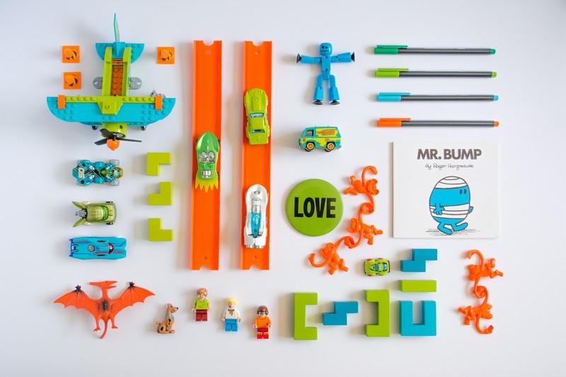 Photo de jouets orange vert et bleu bien organisé