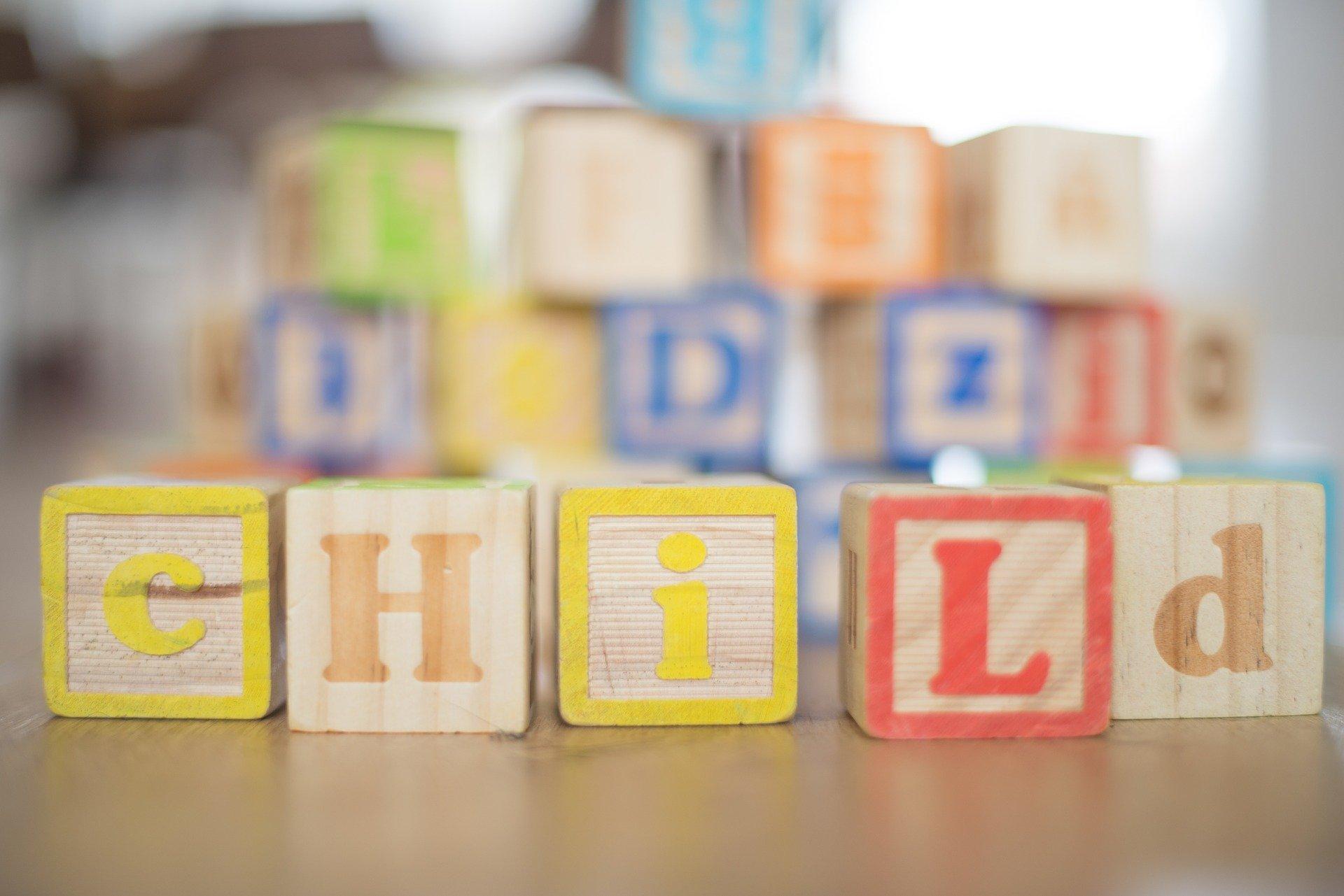 Cubes en bois coloré pour enfants